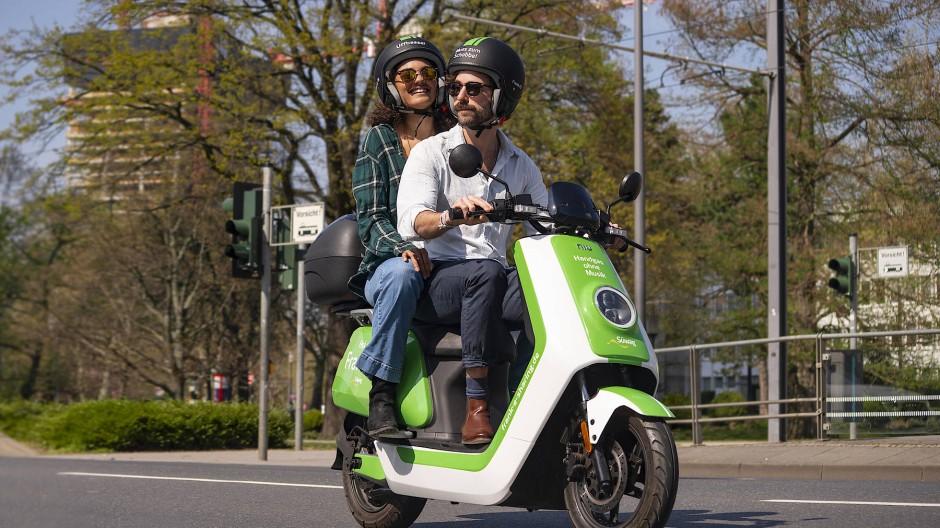 Mit dem Roller unterwegs: Die Elektro-Vespas in Frankfurt haben bereits eine beachtliche Kilometeranzahl hinter sich gelegt.