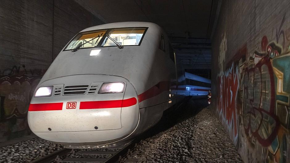 Der entgleiste ICE 373 auf der Strecke in Basel.
