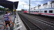 Ein Zug im Langener Bahnhof kann nicht weiterfahren: Wegen Blitzeinschlags in einem Stellwerk wurde der Bahnverkehr zwischen Mannheim und Frankfurt zeitweise eingestellt.