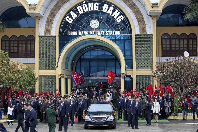 Kim Jong Un verlässt in einem Mercedes den Bahnhof in Dong Dang.