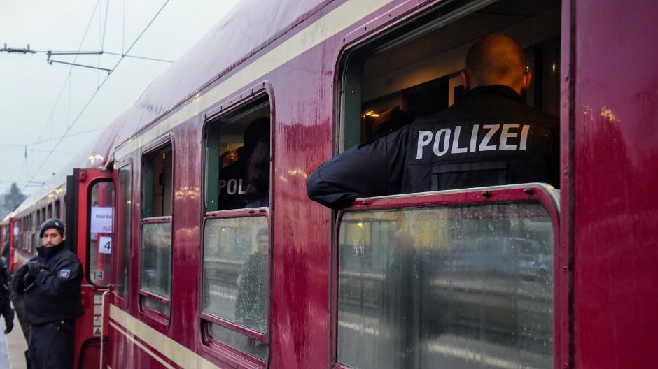Die Polizei hat den Partyzug, aus dem die Flasche geworfen sein soll, in Greven gestoppt.