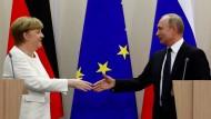 Am Wochenende treffen sich Angela Merkel und Wladimir Putin wieder auf Schloss Meseberg (Archivbild vom Mai).