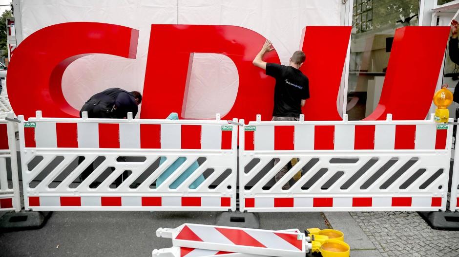 Helfer bauen 2017 an der Zentrale der CDU im Konrad-Adenauer-Haus das CDU-Logo für die Wahlparty zur Bundestagswahl auf.