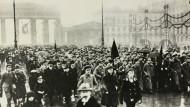 Demonstration von Arbeitern und Soldaten am Pariser Platz in Berlin, November 1918.