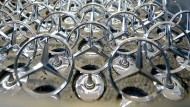 Mercedes-Sterne warten auf ihre Befestigung.