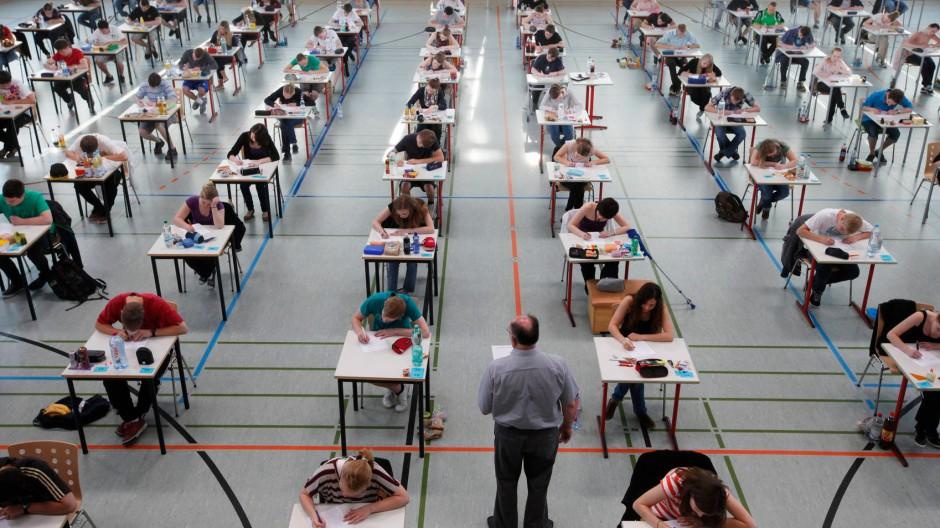 So viel wie jetzt werden sie nie wieder wissen: Abiturienten in der Turnhalle des Gymnasiums in Weißenhorn