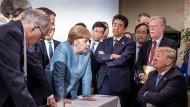 Nicht nur auf dem Bild wirkt der amerikanische Präsident Donald Trump zunehmend isoliert.