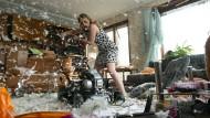 Die Kassiererin Peggy verwüstet in Rage das Wohnzimmer.