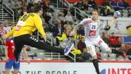 Der Franzose Valentin Porte trifft im Spiel gegen Serbien.