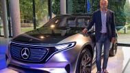 Der scheidende Daimler-Vorstandsvorsitzende Dieter Zetsche im Oktober 2016 vor einer Elektroauto-Studie von Mercedes-Benz