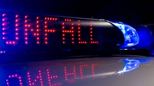 Lastwagenfahrer fährt in Nachtbaustelle