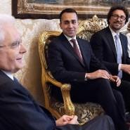 Italiens Präsident Sergio Mattarella (links) unterhält sich mit Politikern der Fünf-Sterne-Bewegung.