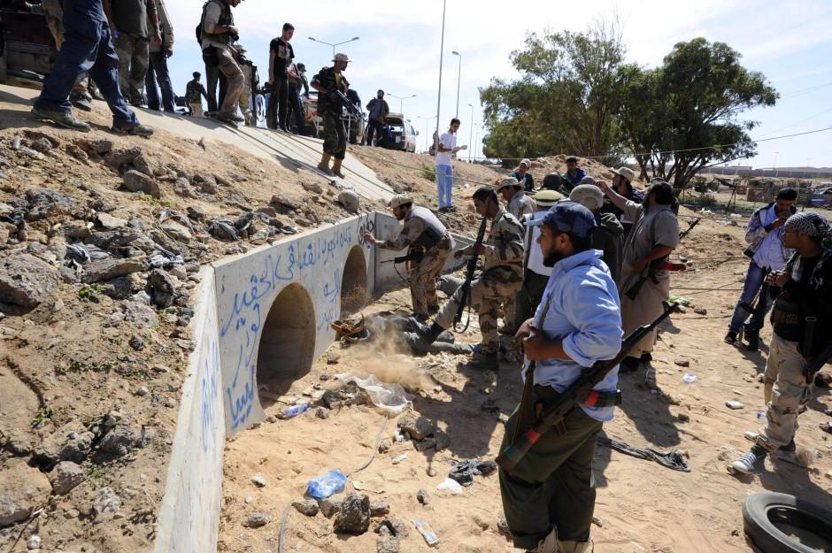 Kämpfer des Übergangsrates an dem Ort, an dem sich Gaddafi versteckt haben soll.