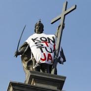 """Die Statue von König Sigismund III. auf der Sigismundsäule in Warschau. Demonstranten hatten ihr im September 2018 ein Tuch mit der Aufschrift """"Verfassung"""" umgehängt."""