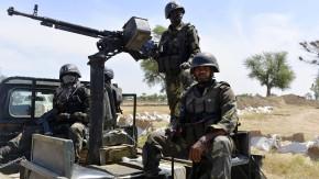 Soldaten der Armee von Kamerun patrouillieren an der Grenze zu Nigeria.