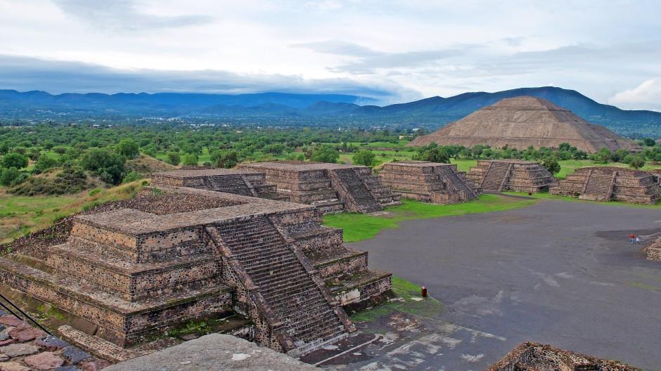 Blick über die Ruinenstadt Teotihuacán in Mexiko: rechts die Sonnenpyramide.  Zentrum der Anlage ist eine zwei Kilometer lange Zeremonialstraße, die die Pyramide des Mondes und die der Sonne verbindet.