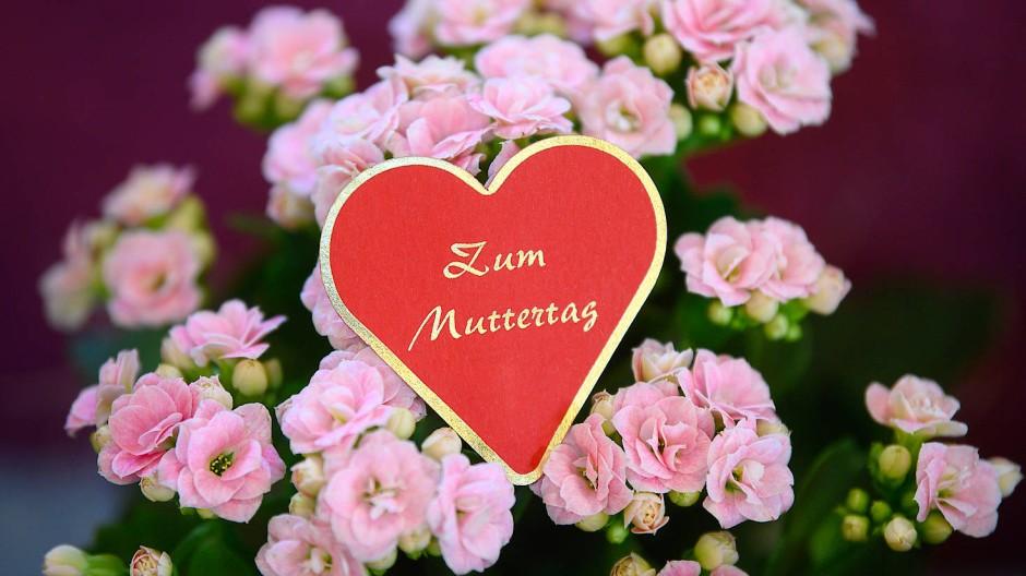 Beliebt zum Mutterag: Blumen und herzförmige Karten