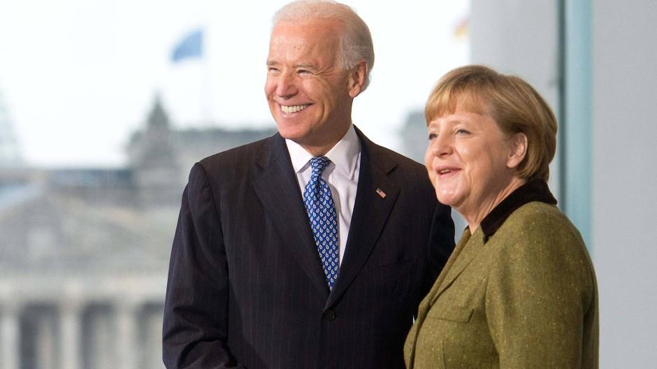 Bundeskanzlerin Angela Merkel und der damalige amerikanische Vizepräsident Joe Biden bei einem Treffen in Berlin im Jahr 2013