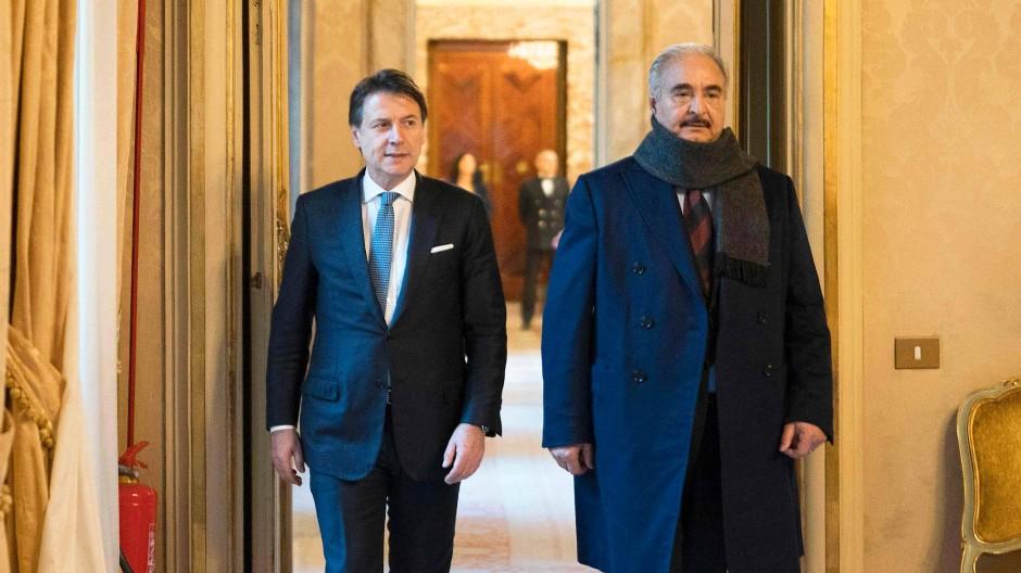 Der libysche General Chalifa Haftar (rechts) beim Besuch im Palazzo Chigi, dem Amtssitz von Italiens Ministerpräsident Giuseppe Conte