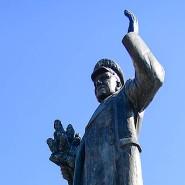 Mal wieder mit roter Farbe beschmiert: das Denkmal für Marschall Konew auf dem Interbrigandenplatz im sechsten Prager Stadtbezirk am 23. August 2019