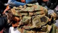 Ein afghanisches Kind schläft während eines Rettungsfluges der amerikanischen Luftwaffe aus Afghanistan heraus.