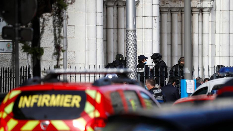 Einsatzkräfte sichern den Bereich um den Tatort an der Kirche Notre Dame in Nizza.
