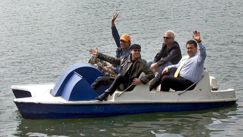 "The future's in the air, I can feel it everywhere: Sigmar Gabriel, damals noch Ministerpräsident, fährt 2001 mit den ""Scorpions"" Tretboot auf dem Maschsee."