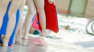 Kinder nehmen an einem Schwimmkurs teil. (Archivbild)