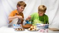 Man nehme zwei Rührkuchen, Marshmallows und jede Menge knalliger Lebensmittelfarbe...