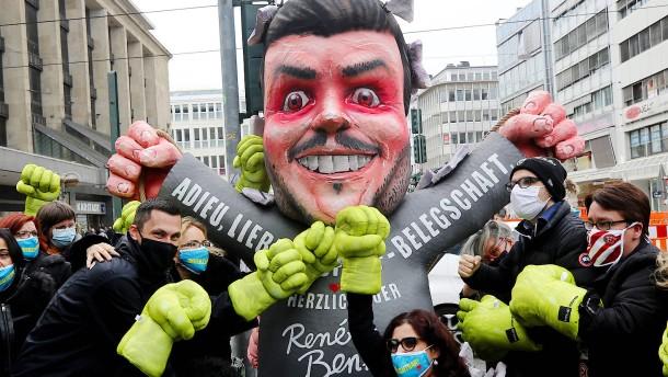 Galeria-Mitarbeiter prügeln auf Benko-Pappfigur ein