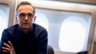 Heiko Maas spricht in einem Airbus der Luftwaffe auf dem Flug nach New York mit Journalisten (Archivbild vom 27. März 2018)