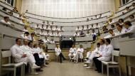 Nicht mehr unter sich: Junge Ärzte an der Universität Heidelberg beim Brainstorming im Hörsaal.