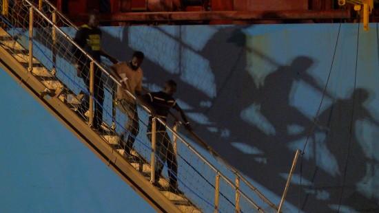 Containerschiff mit Flüchtlingen darf anlegen
