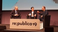 Wollte reden: Axel Voss (links) im Gespräch mit Markus Beckedahl (rechts) und Moderator Jo Schück
