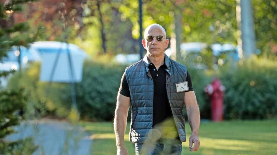 Verdunkelte Brillengläser, Gang und Blick schnurstracks nach vorne: Jeff Bezos im Jahr 2017