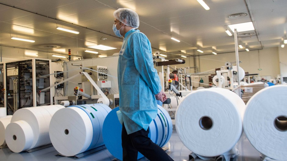 Mehr in Frankreich produzieren: Emmanuel Macron besucht eine Schutzmaskenfabrik in Saint-Barthelemy-d´Anjou in der Nähe von Angers.