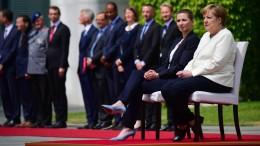 Merkel absolviert Begrüßung teilweise im Sitzen
