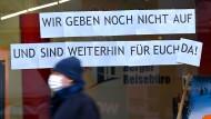 Ein Mann geht in Frankfurt an einem Reisebüro vorbei.