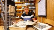 Neugierig: Stefan Trautmann recherchiert in alten Zeitungen im Heimatmuseum von Freigericht.