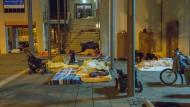 Lagerstätte: An der Weißfrauenkirche haben sich Roma über den Sommer ein Schlaflager errichtet. Die Beschwerden von Anwohnern nehmen zu.
