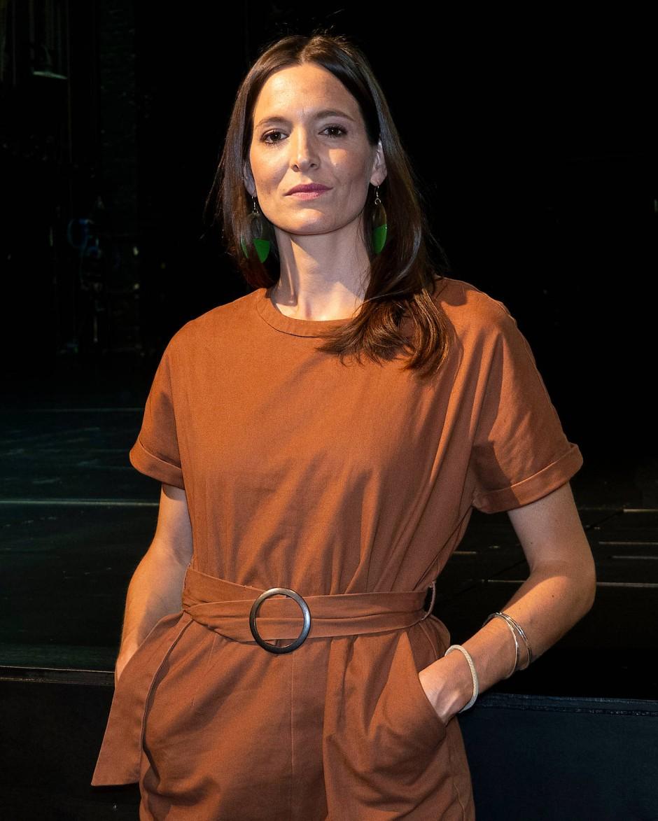 Bühnenbilderin Nehle Balkhausen vor der leeren Bühne des Berliner Ensembles