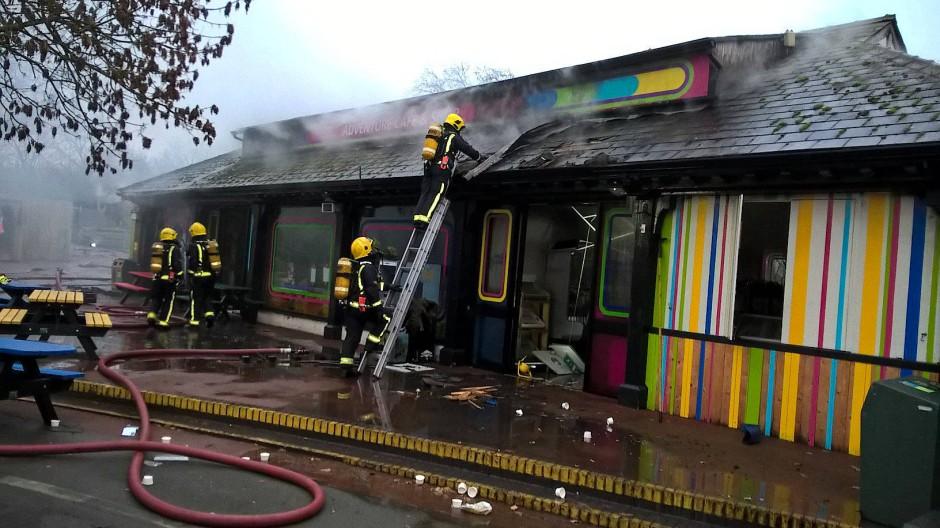 Mehr als 70 Feuerwehrleute waren innerhalb von Minuten vor Ort, um den Brand im Londoner Zoo zu löschen.