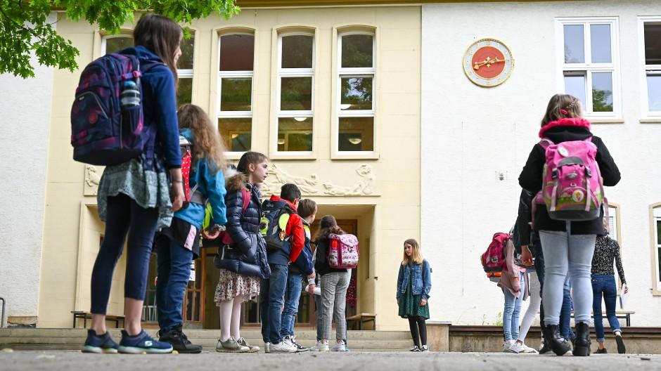 Am Montag geht in Hessen die Schule los – in diesem Jahr ändert sich wegen der Pandemie so einiges. (Archivbild)
