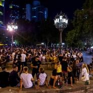 Von Abstand keine Spur: Menschen feiern auf dem Frankfurter Opernplatz