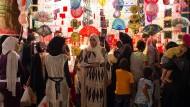 Halb Pilgerfahrt, halb Jahrmarkt: Frauen an einem Schmuckstand auf einem Maulid im Kairoer Stadtteil El Marg im August