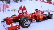 Schneetest statt Windkanal: Der Ferrari mit seinen beiden Fahrern Alonso (l.) und Massa bei der Präsentation in Madonna di Campiglio