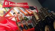 Biere und Getränke, die zum Portfolio der Marke Budweiser gehören, die wiederum zu AB Inbev gehört.