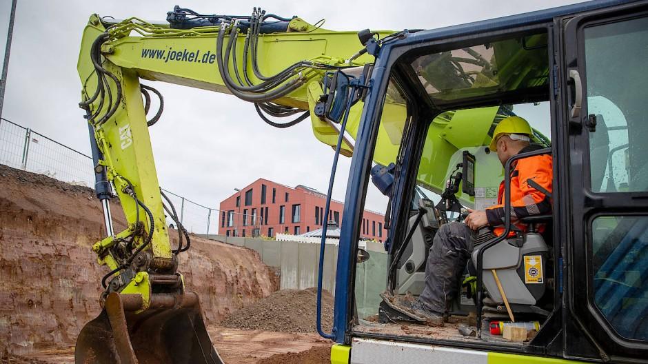 Bauen auf die Region: Dawud Ahmadzai fährt Bagger für das Unternehmen Jökel Bau.