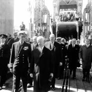 Die Eröffnung der Vogelfluglinie: Der dänische König Frederik IX. (links) und Bundespräsident Heinrich Lübke gehen im Mai 1963 im dänischen Hafen Rodbyhavn an Bord der Fähre.