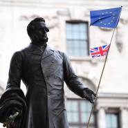 Kommt der Brexit? Eine Statue des ehemaligen britischen Premiers Henry John Temple, 3. Viscount Palmerston in London mit Flaggen.